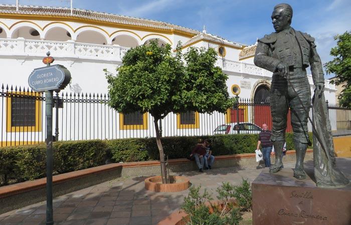 Escultura de Curro Romero junto a la Maestranza monumentos de Sevilla