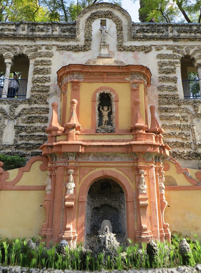 Órgano hidráulico en el patio de los Reales Alcázares monumentos de Sevilla