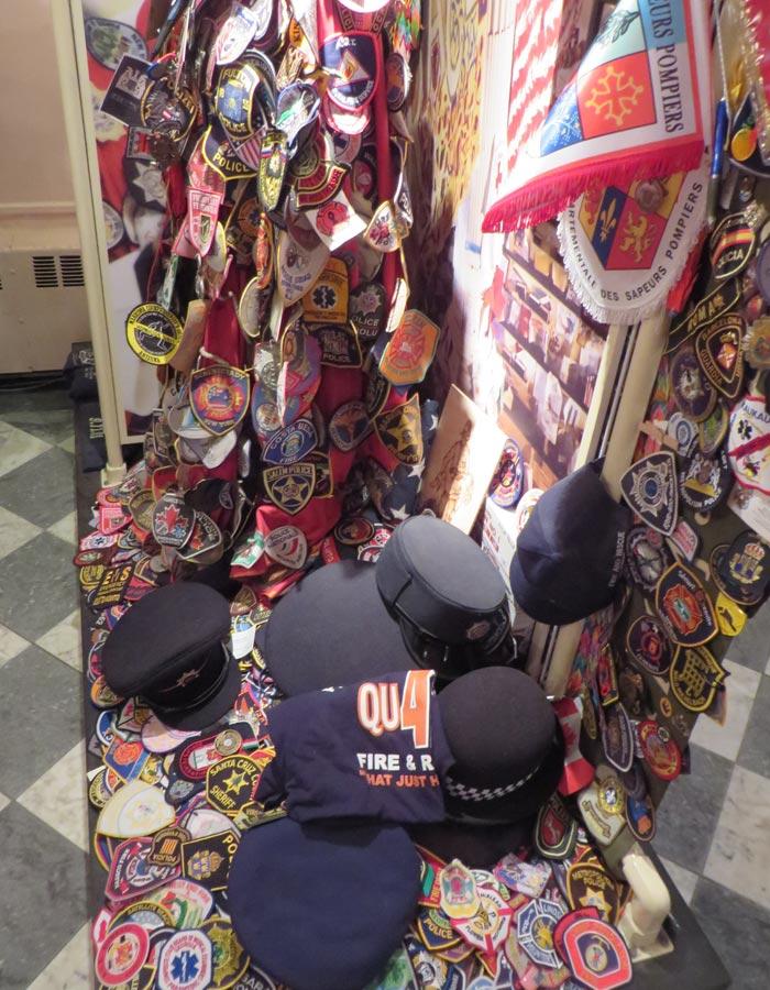 Pegatinas y gorros de cuerpos de policía y bomberos en St. Paul's Chapel