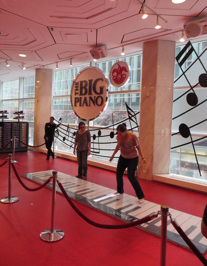 """Piano de la película """"Big"""" en la tienda FAO Schwarz"""