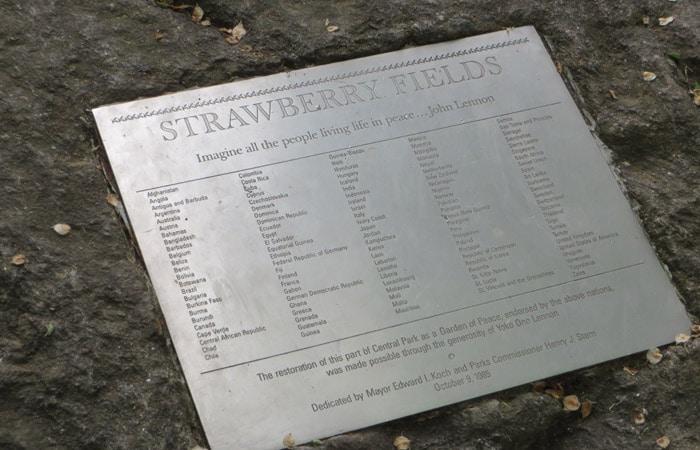 Placa con los países que aportaron especies vegetales para el jardín de Strawberry Fields paseo en bici por Central Park