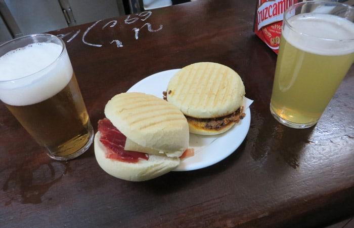 Montadito de jamón y queso y pringá en la Bodega Santa Cruz tapeo por Sevilla