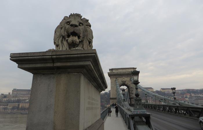 Uno de los leones del Puente de las Cadenas de Budapest