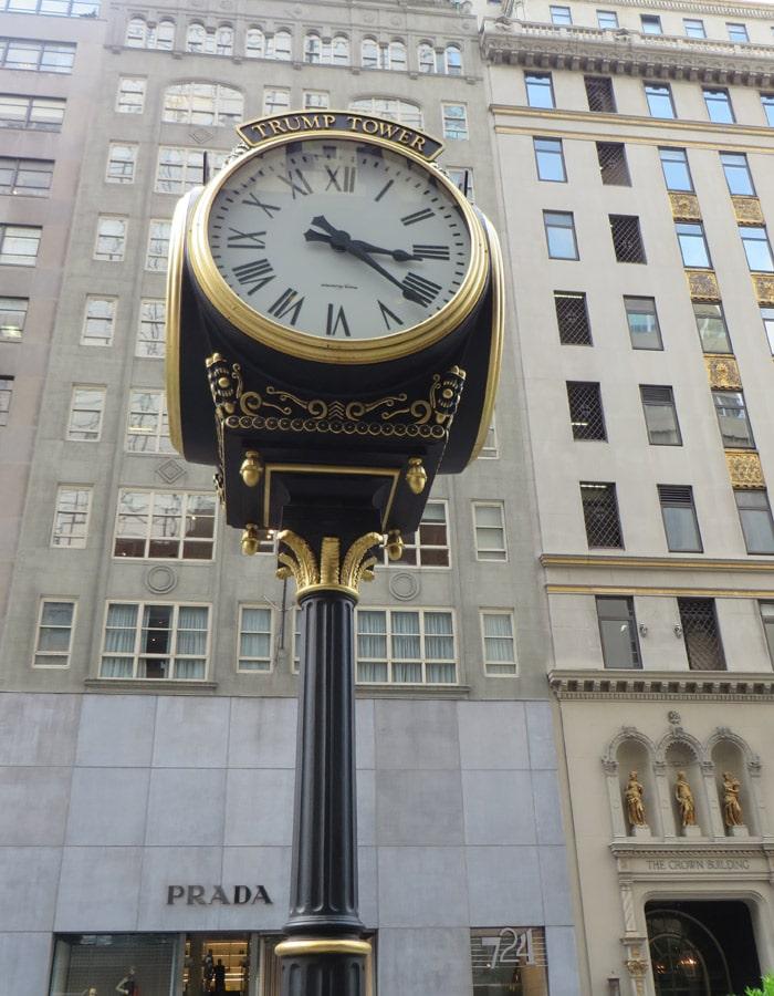 Reloj de la Torre Trump en la Quinta Avenida y tienda de Prada