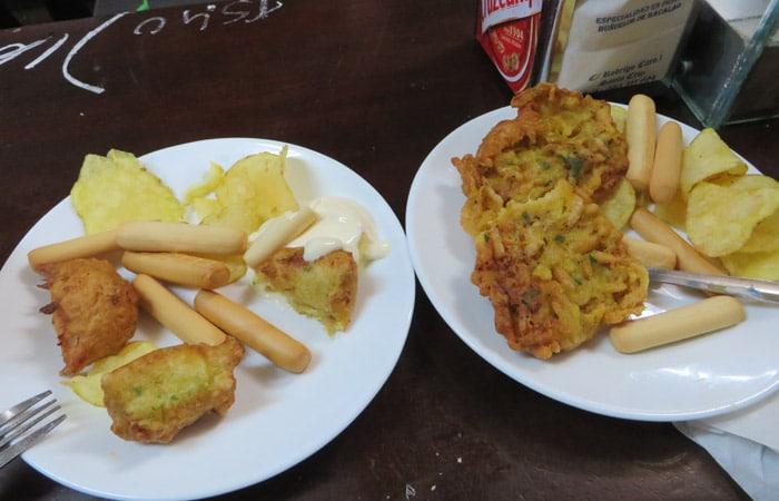 Buñuelos de bacalao y tortillas de camarones en la Bodega Santa Cruz tapeo por Sevilla