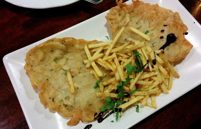 Tortillas de camarones de la Bodeguita Casablanca tapeo por Sevilla
