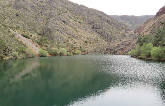Agua embalsada en la presa de Majá Robledo senderismo en Las Hurdes