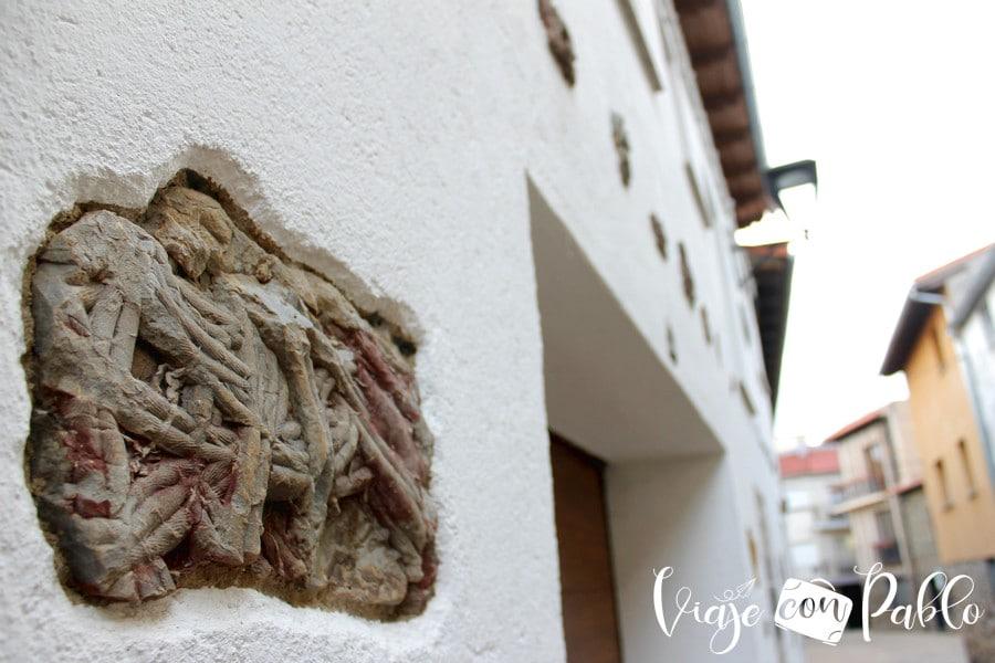 Uno de los fósiles incrustado en una vivienda de Monsagro