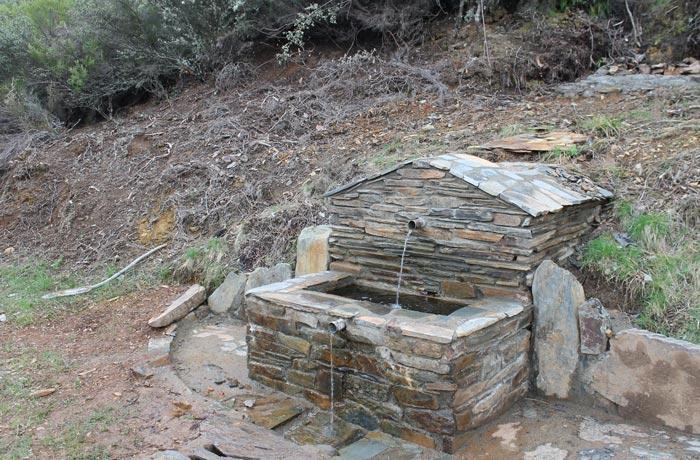 Fuente de agua potable en el trayecto GR-10 rutas por la Sierra de Francia