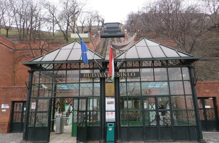 Funicular que sube al Castillo de Buda
