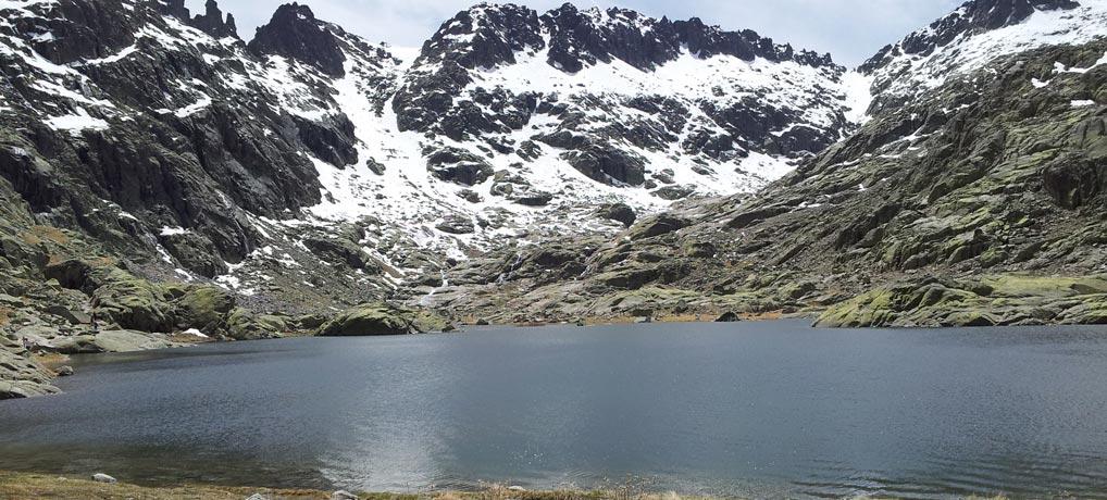 Laguna que fue el fondo de un glaciar en el Cuaternario