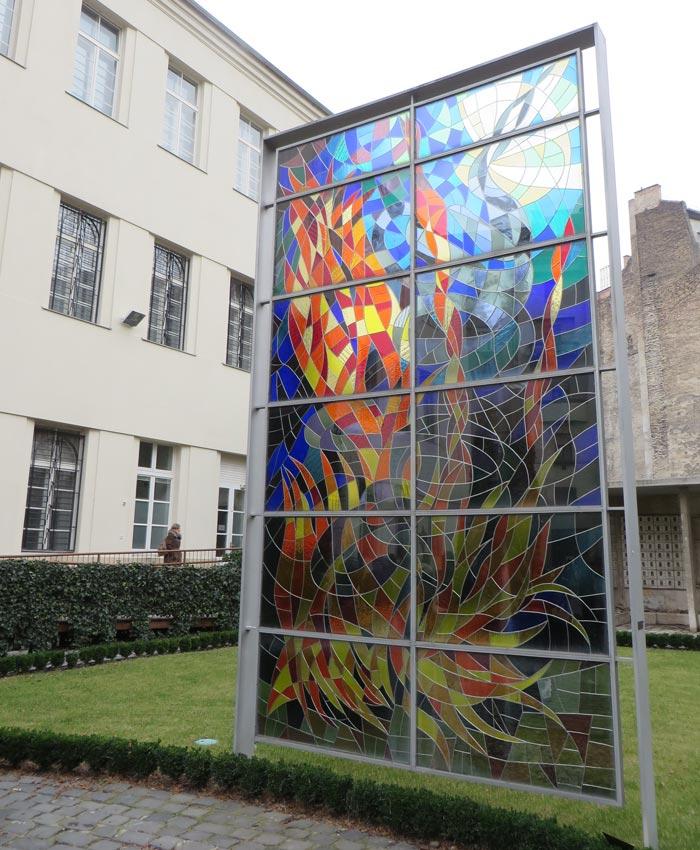 Mosaico de vidrio que simboliza el Holocausto en el patio de la Gran Sinagoga de Budapest