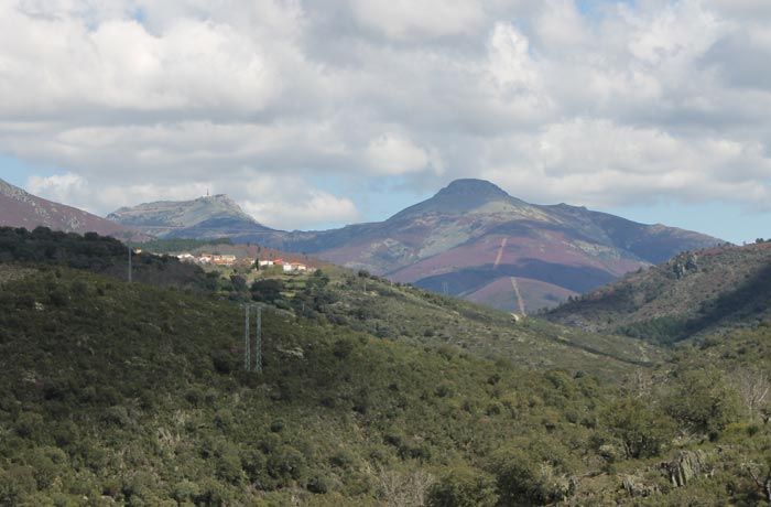Peña de Francia a la izquierda y Pico Mongorro a la derecha desde la pista de regreso rutas por la Sierra de Francia