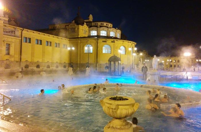 Baños Széchenyi por la noche termas en Budapest