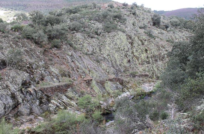 Cauce del río Agadón entre las montañas rutas por la Sierra de Francia