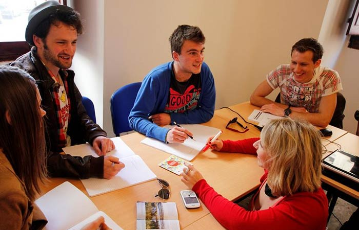 Alumnos en una clase de inglés qué hacer en Malta