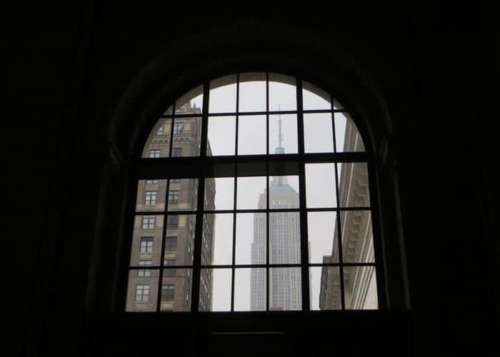 Empire State desde una ventana de la Biblioteca Pública de Nueva York