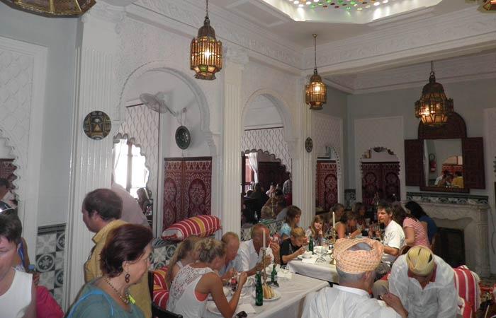 Interior del restaurante Hammadi un día en Tánger