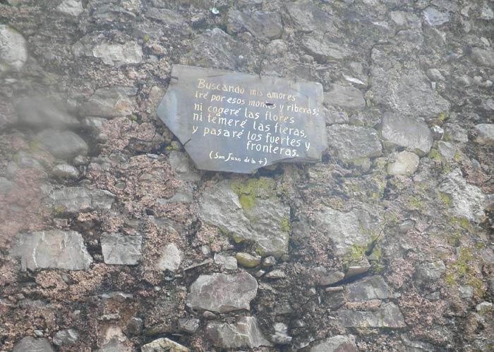 Frase de San Juan de la Cruz en el muro del Monasterio de Las Batuecas Cascada del Chorro