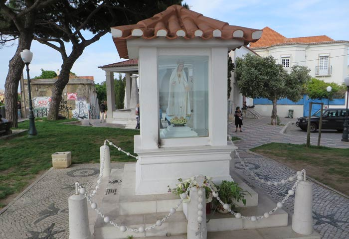 Imagen de Nossa Senhora do Monte en el mirador del mismo nombre miradores de Lisboa