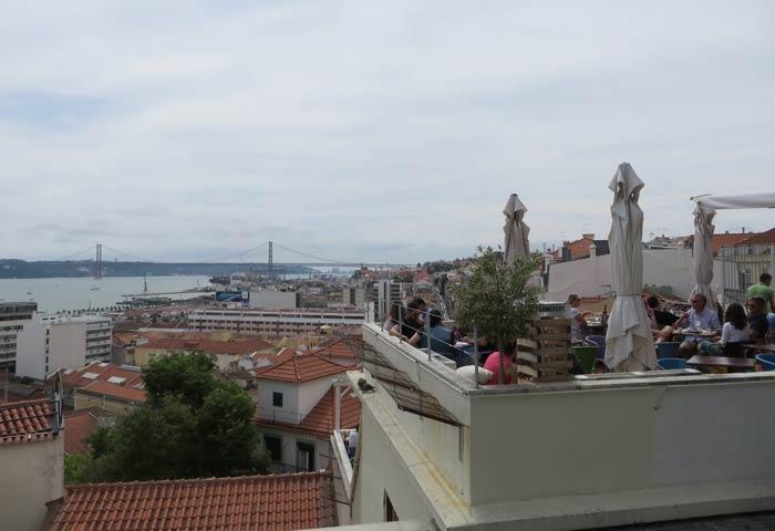 Terraza chill out en el Mirador de Santa Catarina miradores de Lisboa