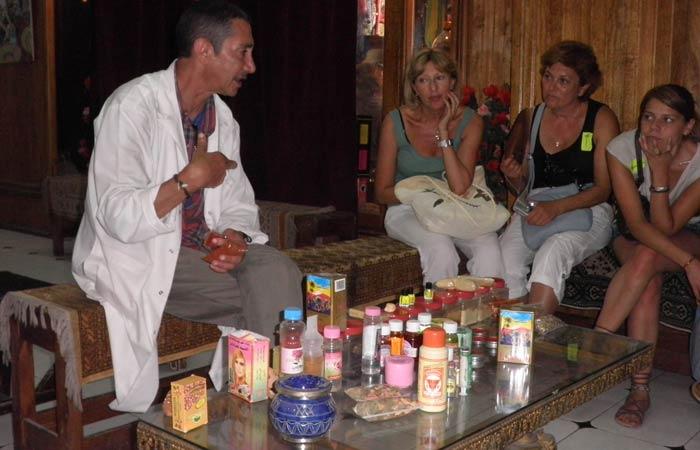 El dueño de la tienda de productos naturales explica las propiedades de los preparados un día en Tánger