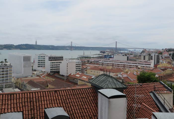 El Tajo y el puente 25 de Abril desde el Mirador de Santa Catarina miradores de Lisboa