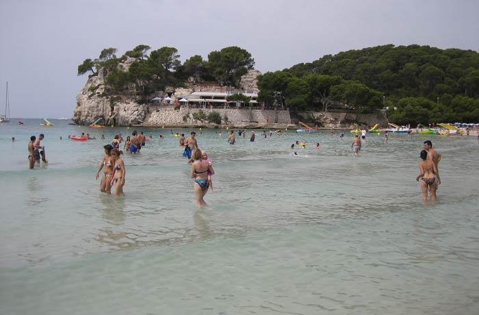 Bañistas en Cala Galdana mejores calas de Menorca