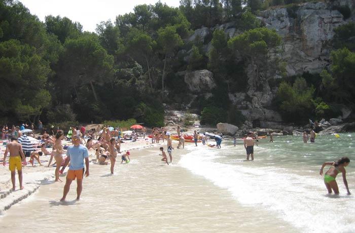 Bañistas en Cala Macarella mejores calas de Menorca