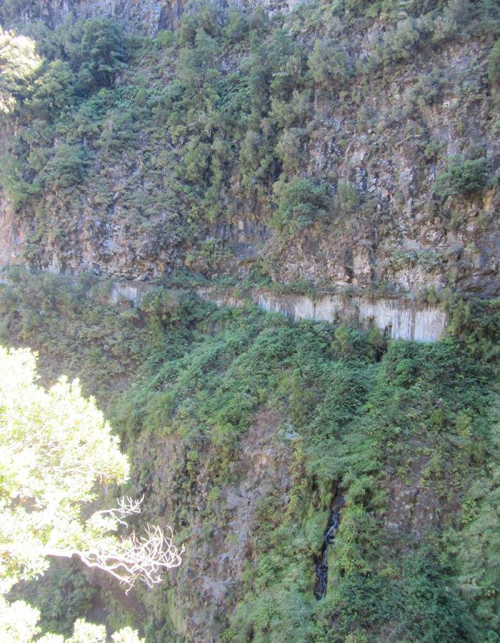 Lugar prácticamente inaccesible por el que transita la levada de Rabaçal levada das 25 fontes