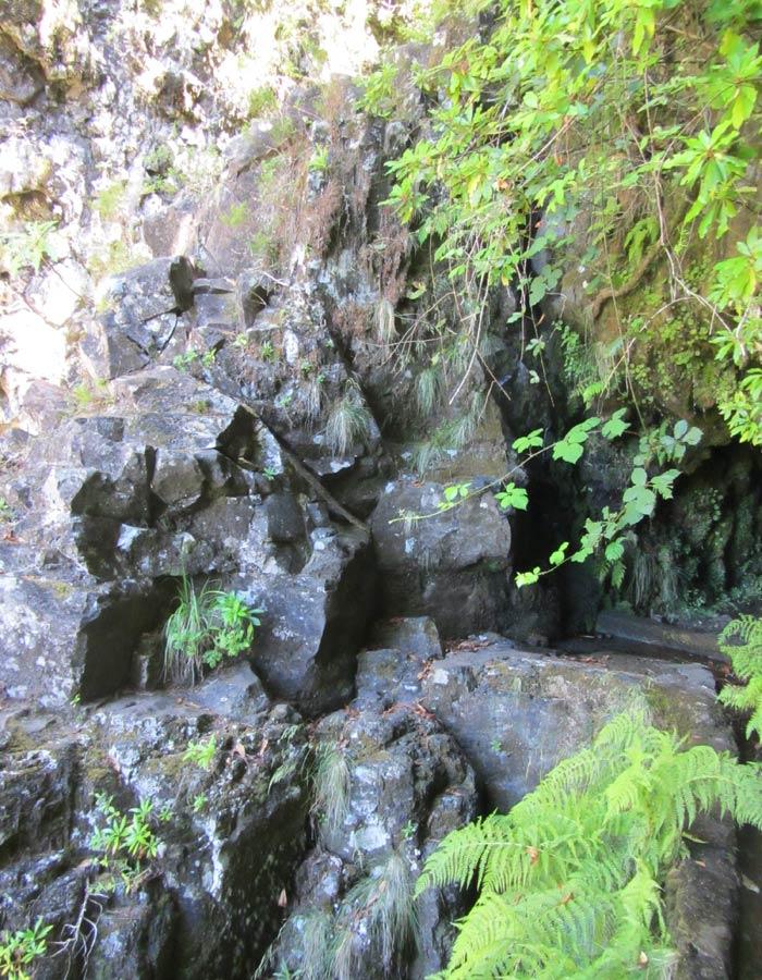 Paisaje rocoso de la Ribeira dos Cedros levada das 25 fontes
