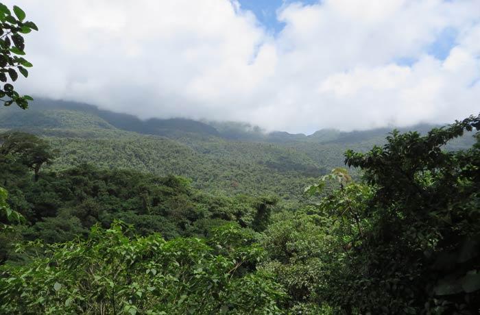 Mirador desde el que se ve la cumbre del Volcán Tenorio Río Celeste
