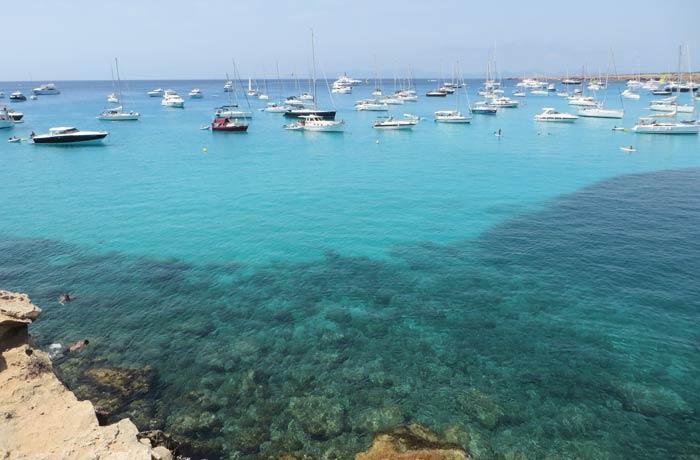 Agua cristalina y yates en Cala Saona Playas de Formentera