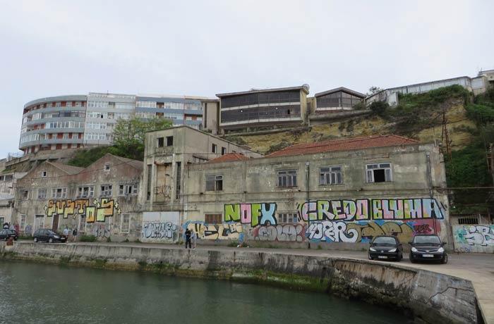 Construcciones ruinosas junto al paseo en Cacilhas