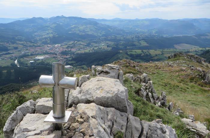 Cruz del pico Candiano con Ampuero y el pico de las Nieves al fondo