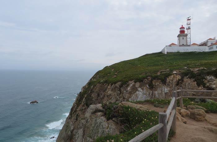 Faro y uno de los acantilados del Cabo da Roca