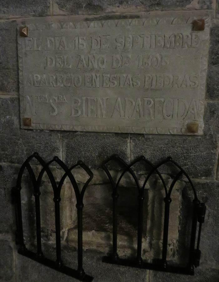 Inscripción que recuerda al día que se encontró la talla de la Virgen subida a la Bien Aparecida
