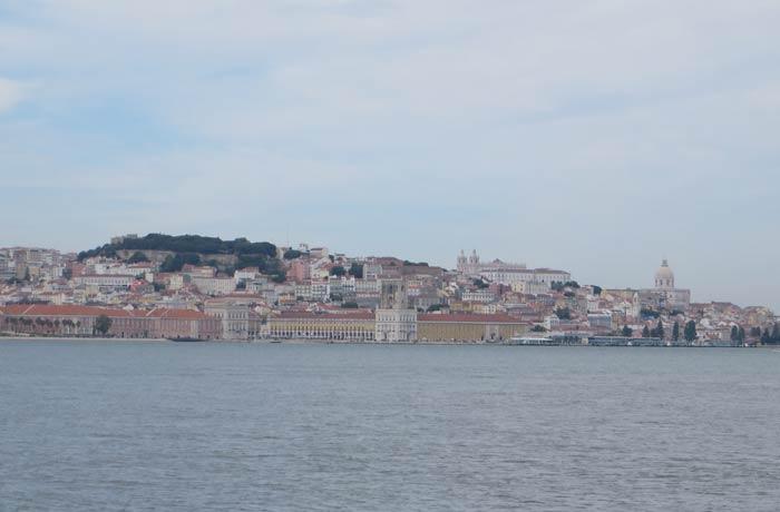 Silueta de Lisboa desde el ferry Transtejo Cacilhas