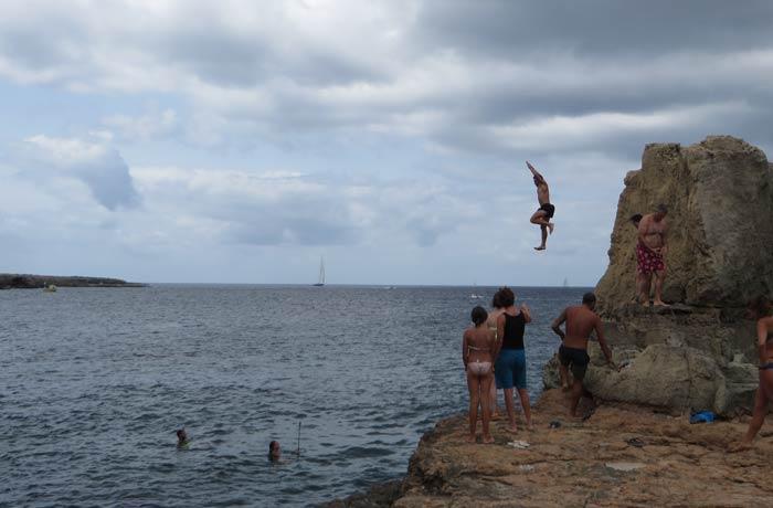 Salto desde una roca en Les Piscinetes de Can Marroig Playas de Formentera