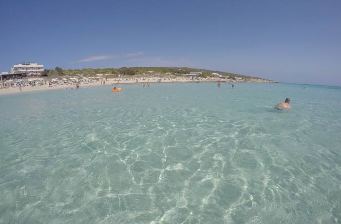 Agua totalmente transparente en Es Arenals Playas de Formentera
