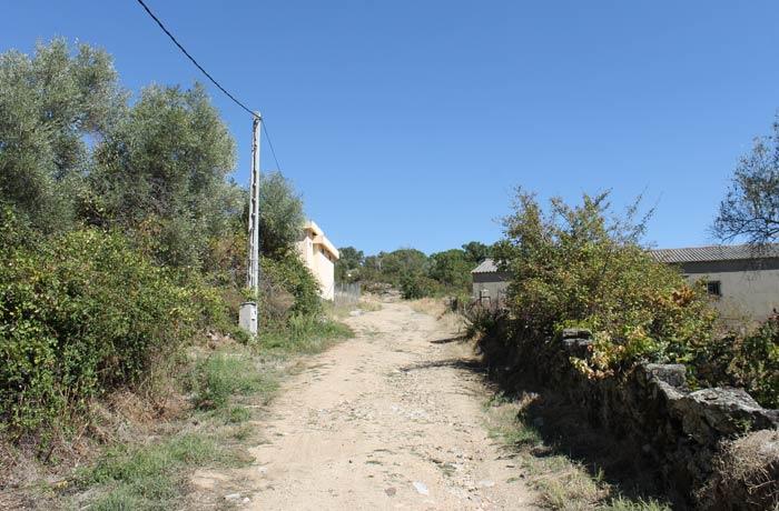 Camino que hay que tomar a la salida de Santibáñez de la Sierra para afrontar el último tramo del recorrido senderismo en Salamanca Miradores de las Sierras