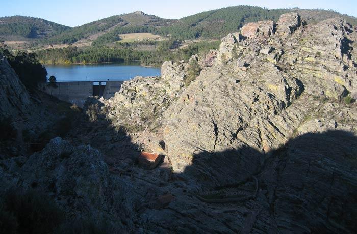 Embalse del río Ponsul al fondo y debajo el lugar por el que transita la Ruta de los Fósiles Penha Garcia