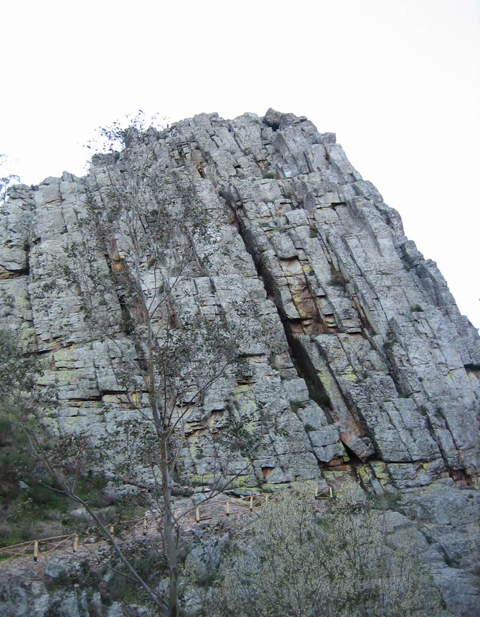 Una de las grandes rocas que se pueden ver en la ruta Penha Garcia