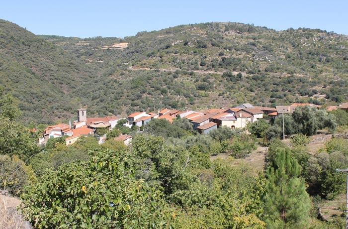 Vista de San Esteban de la Sierra desde los primeros metros de la ruta senderismo en Salamanca Miradores de las Sierras