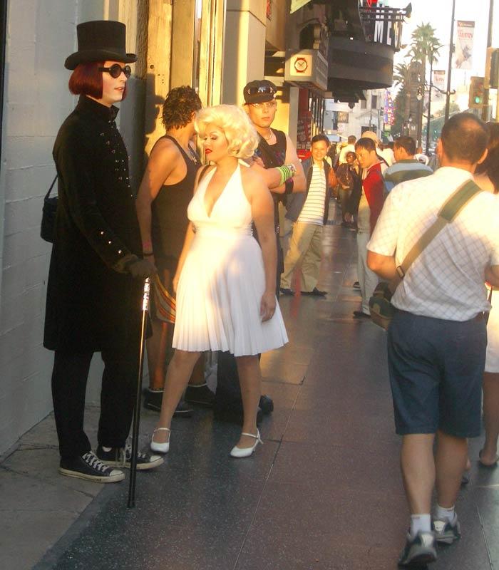 """Dos artistas callejeros vestidos como Johnny Depp en """"Charlie y la fábrica de chocolate"""" y Marilyn Paseo de la Fama de Hollywood"""