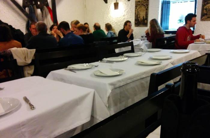 Interior de A Tasquinha comer en Oporto