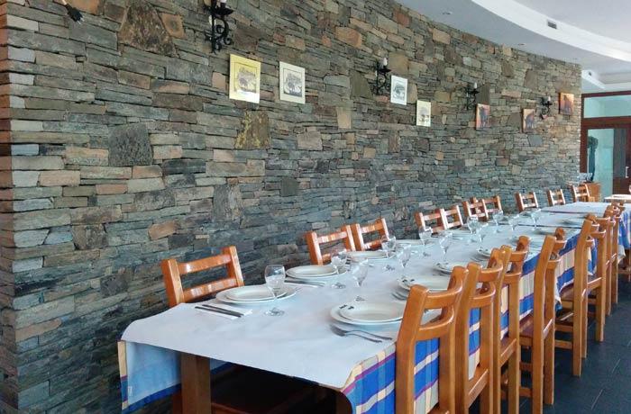 Parte del comedor del restaurante de Trutalcoa comer truchas en Portugal