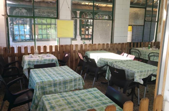 Interior de la tasca del Mercado Bolhao comer en Oporto