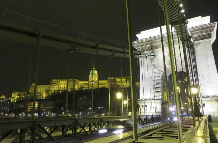 Castillo de Buda desde el puente de Las Cadenas de noche