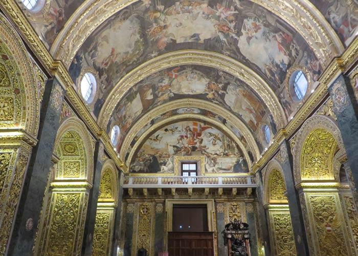 Pinturas en el techo y columnas labradas en la Concatedral de San Juan qué ver en La Valeta